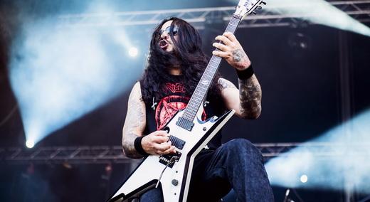 O guitarrista do Krisiun, Moyses Kolesne, solando no centro do palco: convidado abusado esse