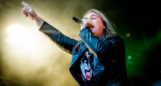 Em tarde inspirada, o vocalista Andi Deris comando a agitação do público com um humor impagável