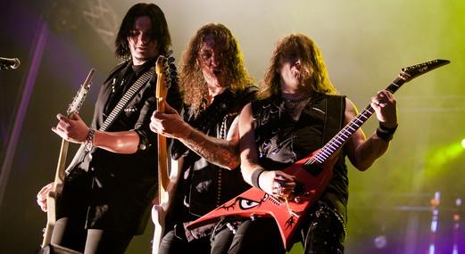Coreografia: os guitarristas Sascha Gerstner e Kai Hansen com o baixista Markus Grosskopf no meio