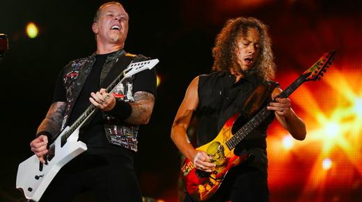 James Hetfield em coreografia guitarrística com Kirk Hammett no palco do Rock In Rio: show renovado
