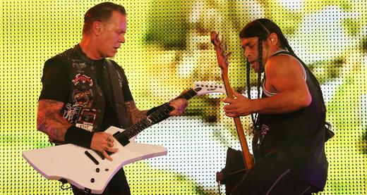 O guitarrista James Hetfield e o baixista Robert Trujillo se encontram no palcão do Metallica