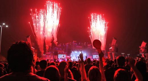 Público curtindo de montão um dos momentos do festival de explosões do show do Metallica