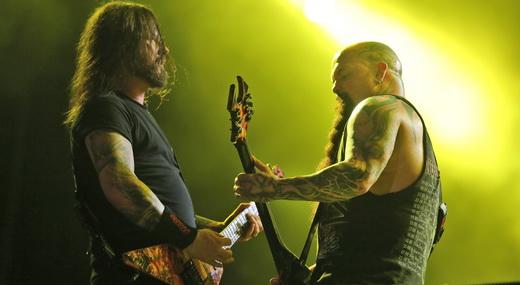 Os guitarristas Gary Holt e Kerry King duelando durante o show agressivo do Slayer no Rock In Rio