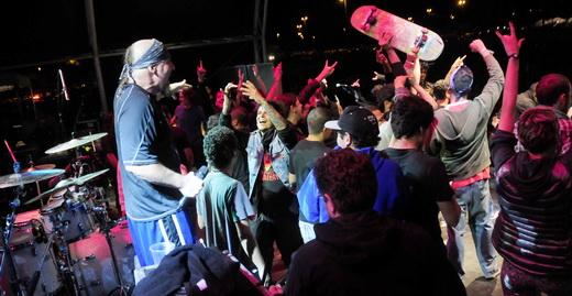 O líder do Suicidal Tendencies, Mike Muir, se diverte com a invasão skatista do palco, marca da turnê