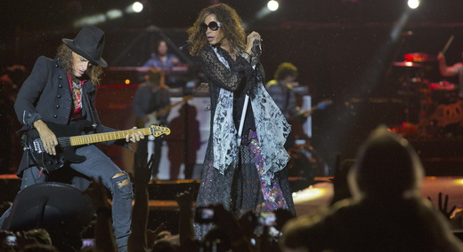 Inspirado, Perry já começa o show esmerilhando a guitarra, enquanto Tyler solta a voz por duas horas
