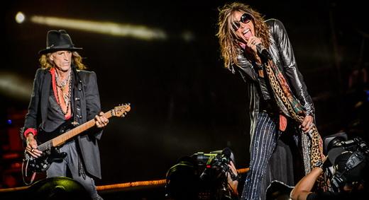 De volta ao mini palco montado bem no meio do público, Joe Perry e Steven Tyler mandam mais uma