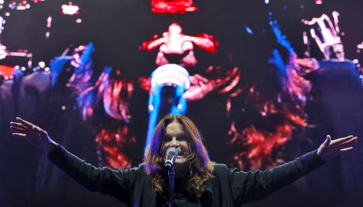 A expressão sinistra de Ozzy Osbourne, reproduzida no telão de ótima resolução, atrás do palco