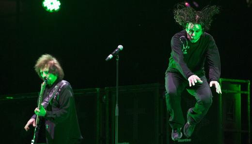 O baixista Geezer Butler e Ozzy em pleno vôo, fazendo a coreografia do 'sapão' que os fãs adoram