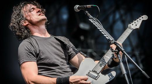 O vocalista e guitarrista do Gojira, Joe Duplantier, encarando o calorão que jamais viu na França