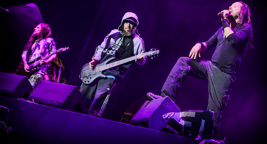 Hed, o baixista Reginald 'Fiealdy' Arvizu e Jonathan Davis na beirada do palco do Monsters Of Rock