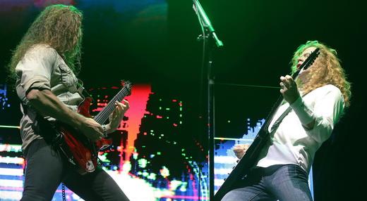 Chris Broderick e Dave Mustaine apostam corrida em um dos muitos duelos do show do Megadeth