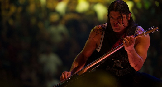 O baixista Robert Trujillo em cena do filme: típica coreografia utilizadas nos shows do Metallica