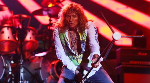 Whitesnake: David Coverdale abusa da sua emblemática coreografia com o pedestal do microfone