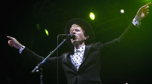 Beck com camisa de quadradinhos e o terninho que ameaçou tirar na performance de 'Billie Jean'