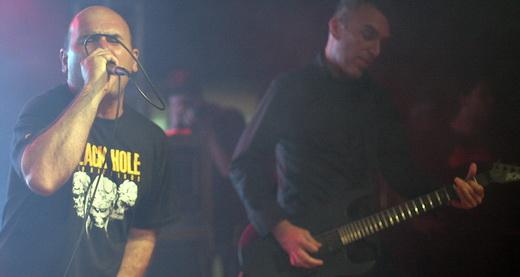 Ação Direta atropela sem constrangimento: o vocalista Gepeto e, ao fundo, o guitarrista Pancho