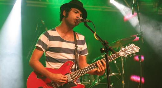 O guitarrista do Baggios, Júlio Andrade, engana com o figurino de passista de escola de samba