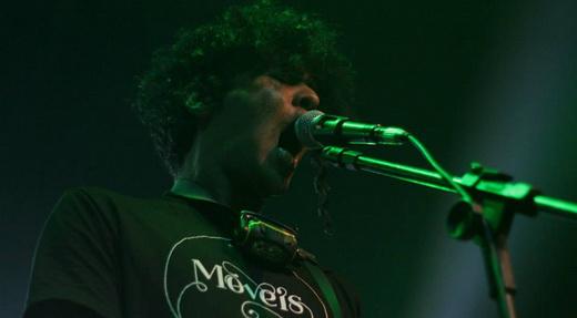 O vocalista Frango também toca guitarra no Galinha Preta, mas seu forte é a verve inusitada