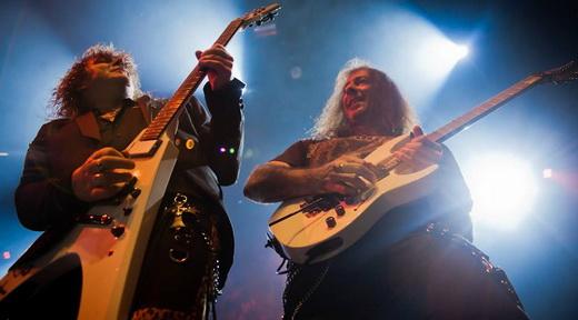 Kai Hansen e o duelo de guitarras melódicas na beirada de palco com o eficiente Henjo Richter