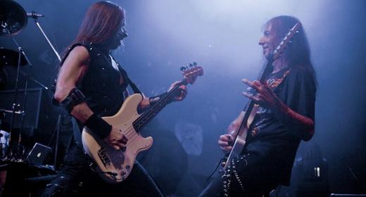 Coadjuvantes de luxo: aqui é o baixista Dirk Schlächter que interage com o guitarrista Henjo Richter