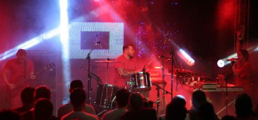 Uma pena: no centro, Iggor Cavalera mostra a péssima forma durante o 'live set' do Mixhell