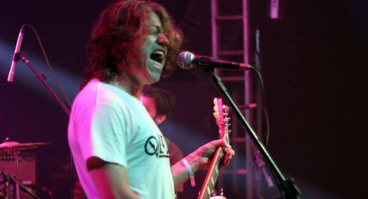 O vocalista e guitarrista Brunno, do promissor power trio Overfuzz: muitas referências e muitos fãs