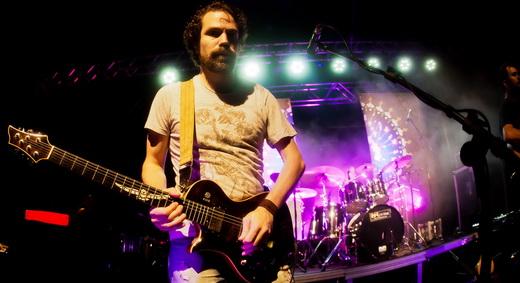 Sânzio Brandão é o guitarrista que por vezes salva o Cálix de cair no mau gosto do pop banal