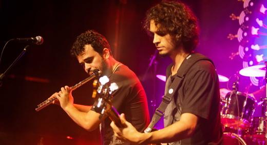 Flauta da discórdia: Savassi, com o baixista Marcelo Cioglia, não curte às comparações com o Jethro Tull