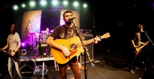 O guitarrista Sânzio Brandão, o batera André Godoy, Renato Savassi e o baixista Marcelo Cioglia