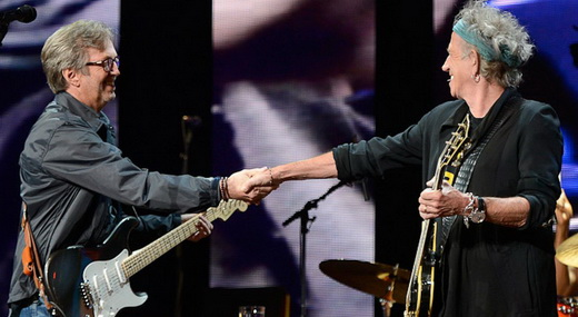 O anfitrião Eric Clapton se despede de Keith Richards na noite de encerramento do Crossroads Festival