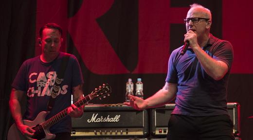 O bem penteado Brian Baker prometeu e cumpriu: Greg Graffin cantou 'Punk Rock Song' já no bis