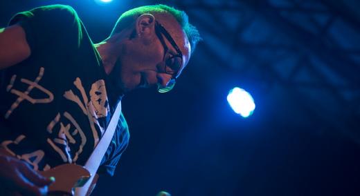 Novato no grupo, o guitarrista Mike Dimkich, ex-The Cult, caprichou no visual nerd e nos solos