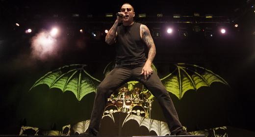 M. Shadows à frente do palco, com a estampa do crânio morcegão que ilustra a capa do novo álbum