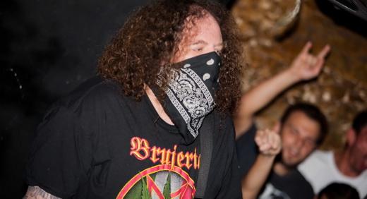 'Disfarçado', o baixista do Napalm Death, Shane Embury, se converte no guitarrista Hongo no Brujeria