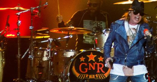 Boa voz: Axl Rose canta na parte de cima do palco do Guns N'Roses, na frente do baterista Frank Ferrer