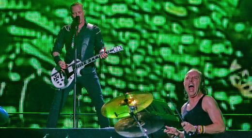 Um nível acima, James Hetfield aparece ao lado de Lars Ulrich, tendo o gigantesco telão ao fundo