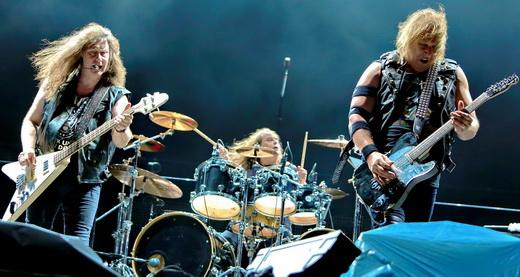 John Gallagher, Joe Hasselvander e Mark Gallagher se esforçam em vão na abertura para o Metallica
