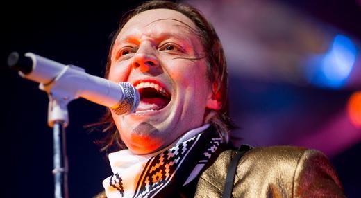 Figura central no numeroso Arcade Fire, Win Butler é pura animação, já no início da noite de sexta