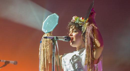 A multi tarefas Régine Chassagne, que até em português canta, aqui brinca com o reflexo dos espelhos