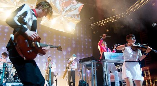 Guitarra, teclados, violino e naipe de metais: só uma pequena amostra de tudo o que o Arcade Fire faz