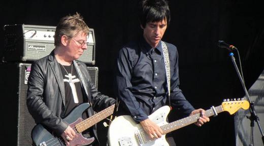 Prêmio para os brasileiros: Andy Rourke e Johnny Marr lado a lado, metade dos Smiths reunida no palco