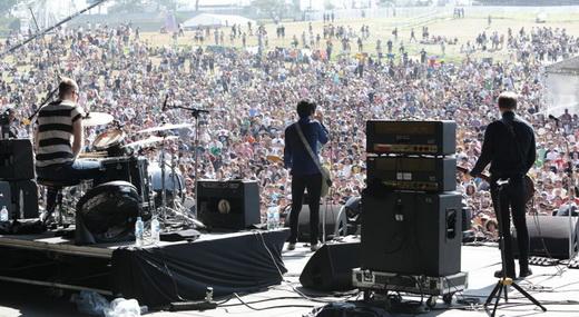 A banda de Johnny Marr vista de trás do palco e a heróica plateia sob a soalheira do domingão no Lolla