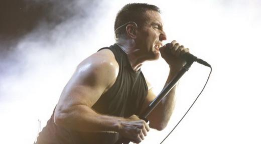 Trent Reznor empunha o pedestal do microfone no show que fechou o Palco Onix, no sábado do Lolla