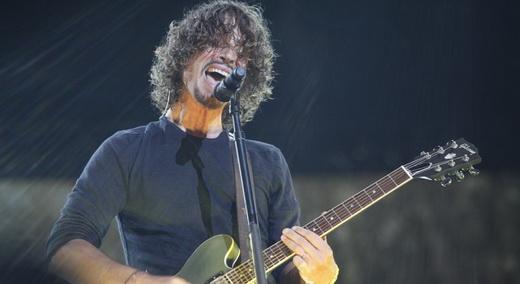 A expressão de Chris Cornell, que além de cantar pacas, ainda manda uma crucial guitarra base