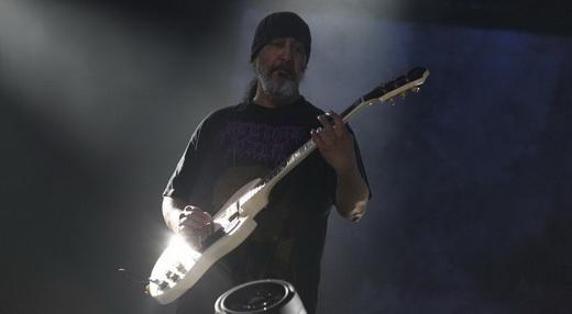 Na dele, o guitarrista Kim Thayl lança guitarras pesadas sobre o público durante toda a noite