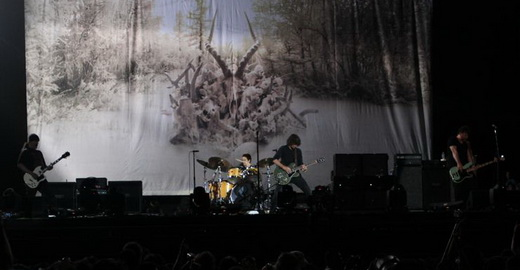 Vista geral do palco: Kim Thayl, Matt Chamberlain na bateria, Chris Cornell e o baixista Ben Shepherd
