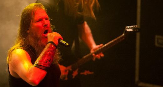 Talhado para liderar banda de death metal, o vocalista Johan Hegg solta o vozeirão sobre a massa