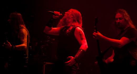 O baixista Ted Lundström, Johan Hegg e o guitarrista Johan Söderberg: show mais death que melódico