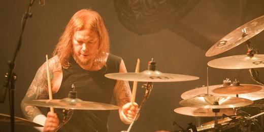 Destaque na apresentação, o baterista Fredrik Andersson envolve o peso do AA com batidas poderosas