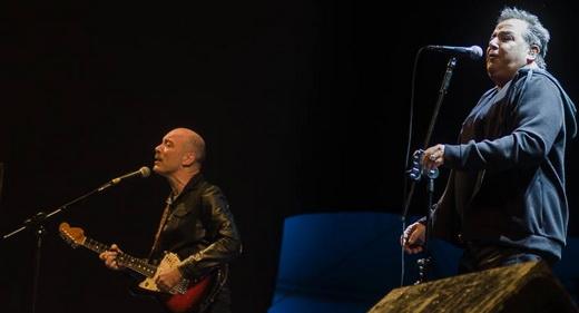 Edgard e Nasi no palco da Virada Cultural em São Paulo, no show que marcou o início da turnê