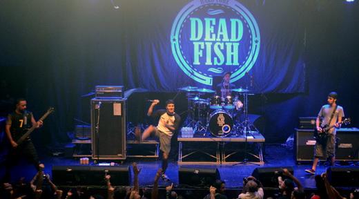 Parado no tempo, Dead Fish fez uma boa apresentação, com destaque para o atlético vocalista Rodrigo